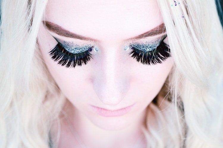 Read this before you get your eyelash extensions, risks to consider